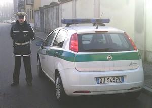 auto e agente di polizia locale
