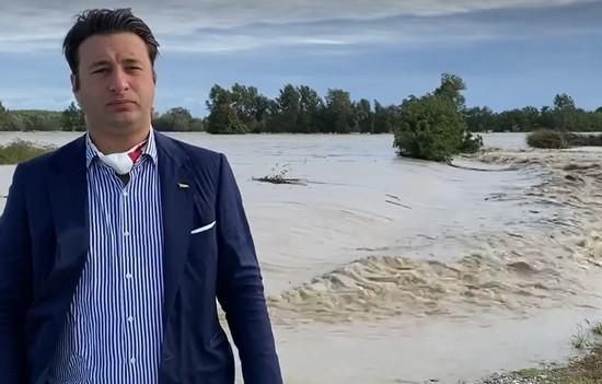 il sindaco riboldi durante l'alluvione di ottobre a terranova