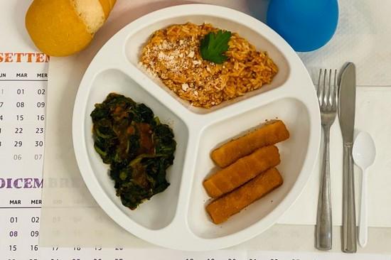 un piatto nella mensa scolastica