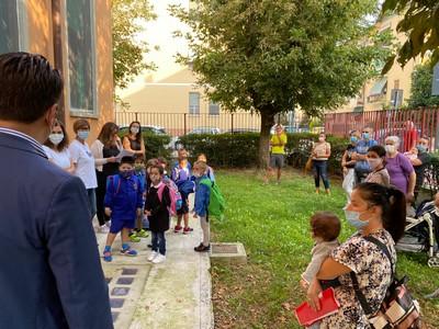 il sindaco riboldi durante la visita a una scuola cittadina