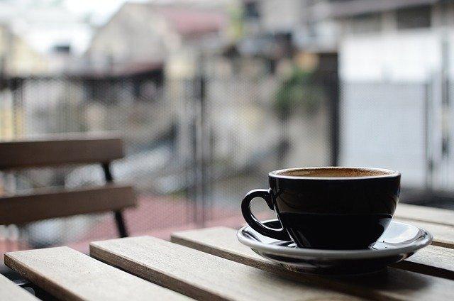 tavolino e caffè - ph pixabay.com