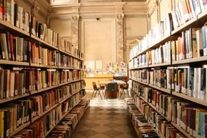 l'interno della biblioteca civica