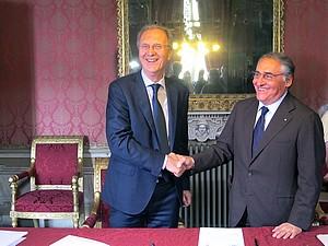 il sindaco Demezzi e il presidente Bonzano al momento della firma