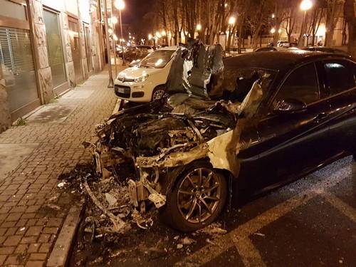 una delle auto bruciate