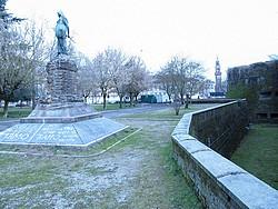 monumento alla difesa e fossato castello
