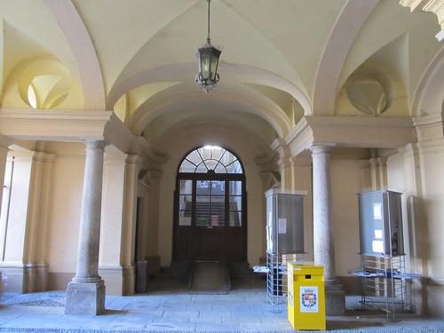 l'ingresso della biblioteca civica