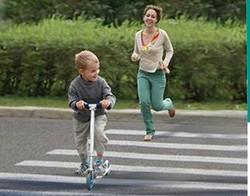 foto bambini che attraversano