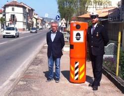 il vice sindaco e un agente davanti a un velo ok