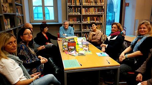foto di gruppo durante la consegna dei libri