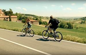 turisti in bicicletta tra le colline del Monferrato