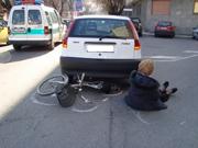 foto signora in bicicletta investita