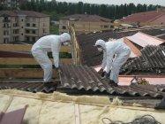 operai al lavoro per rimuovere l'amianto