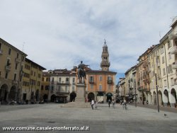 La piazza vista da via Duomo