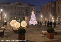 La piazza nell'allestimento natalizio 2013