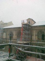 un'immagine invernale dei lavori al palazzo