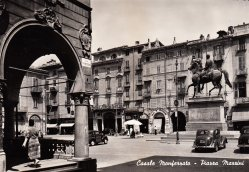 La piazza in una cartolina d'epoca